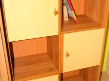 книжный шкаф с полками для учебы школьника