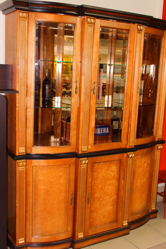 шкаф с витриной и зеркалом