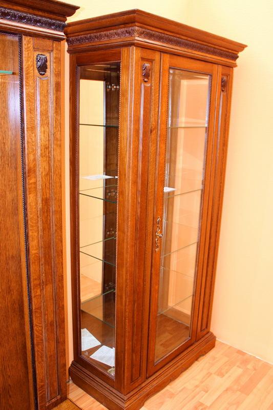 шкаф с витриной и зеркалом из массива дуба