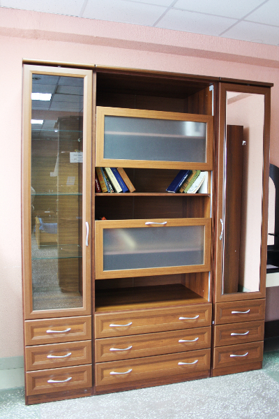 Красивый практичный книжный шкаф