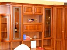 различная мебель для зала с полками и шкафами