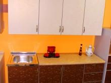 удобная компактная кухонная мебель с мойкой