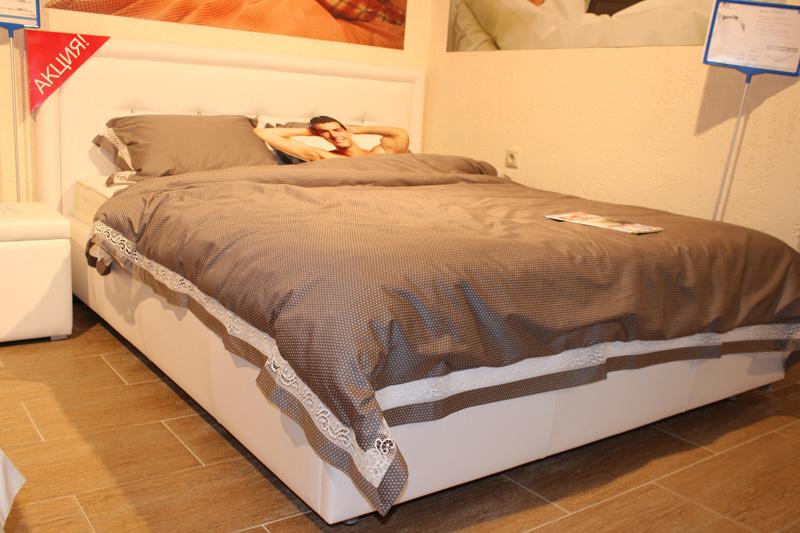"""кровать из белой экокожи со стразами \""""Bellini\"""" в мебельном салоне \""""Шарман\"""""""