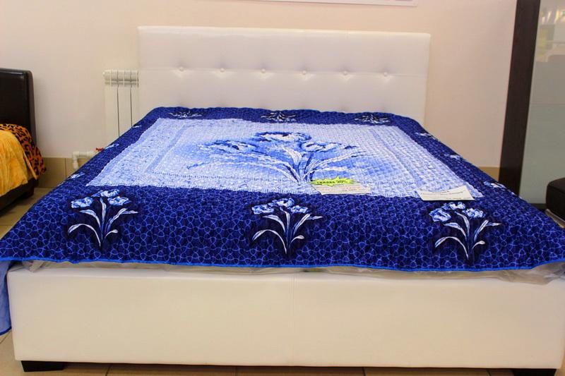 Белая интерьерная кровать