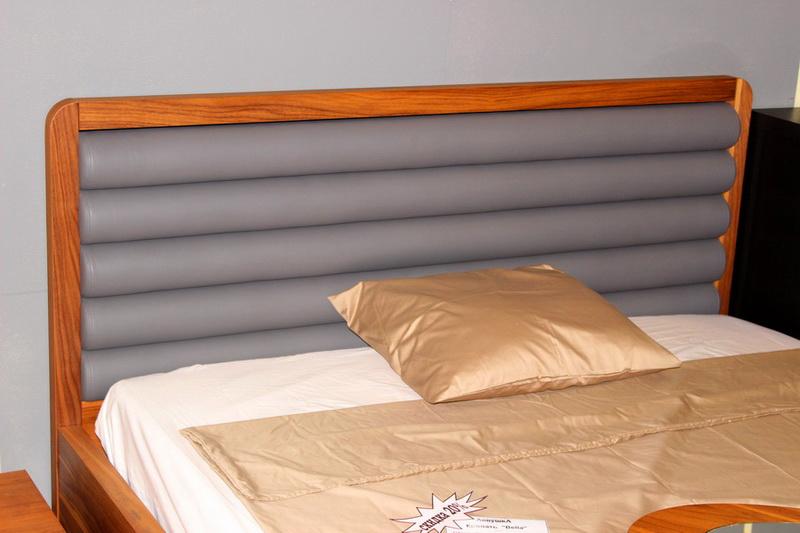 кровати с необычным красивым изголовьем в Кургане