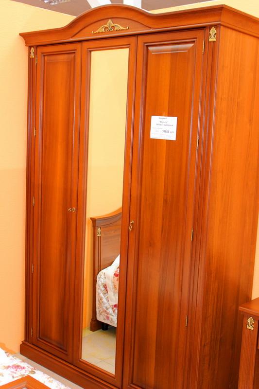 высокий красивый шкаф для одежды в спальню классический