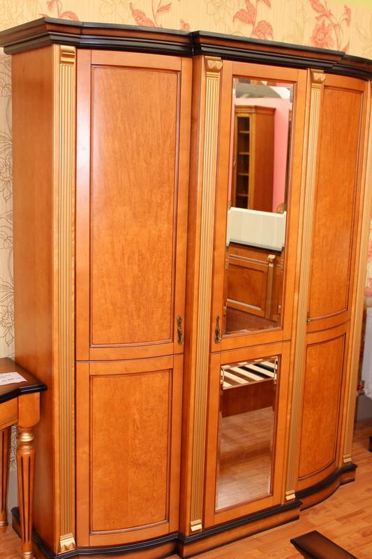 шкаф 3х-дверный для одежды с зеркалом из массива дерева с патинированием