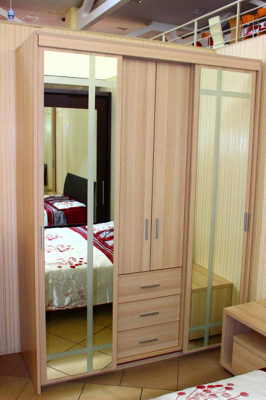 шкаф в спальню с зеркалом