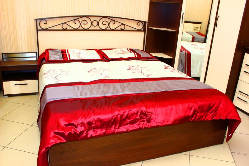 классическая спальня с красивым изголовьем у кровати