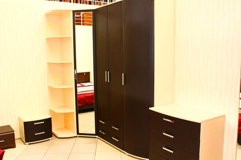 спальня: вместительный шкаф для одежды, комод, прикроватные тумбочки