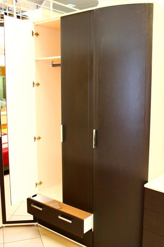 вместительный шкаф под одежду: с ящиками, зеркалом , удобный