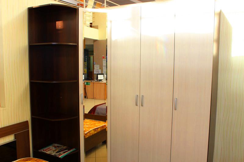 угловой шкаф для одежды, с зеркалом и стеллаж с полками, вместительный недорого