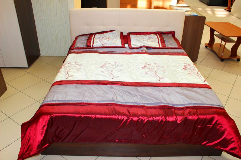 красивая кровать: основание-дерево, изголовье - мягкое, экокожа