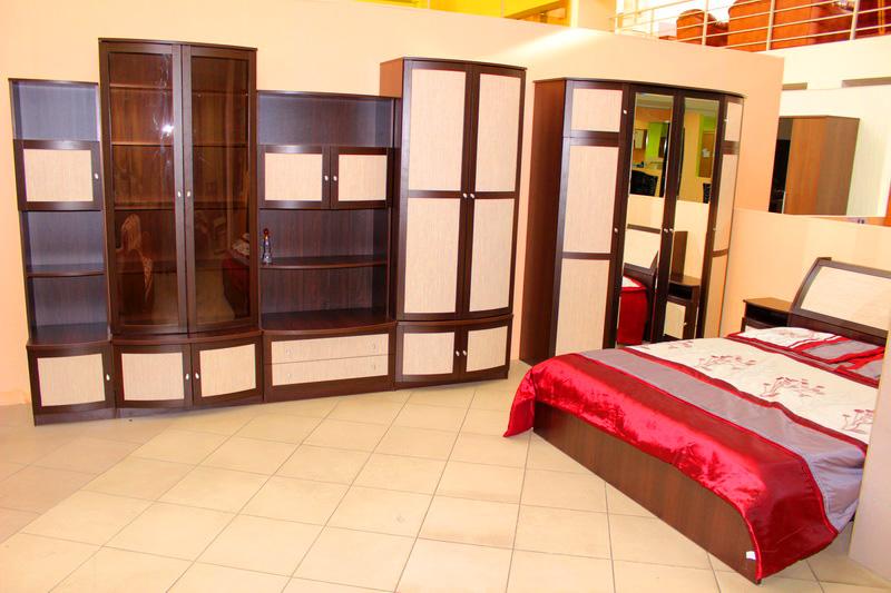 много мебели: корпусной и мягкой