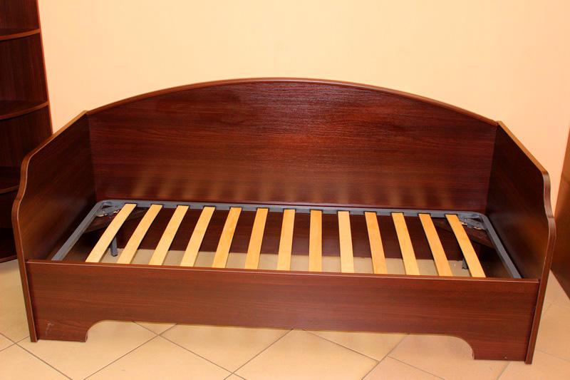 односпальная деревянная кровать без матраса
