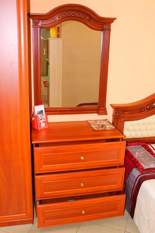 в спальню: комод и зеркало настенное
