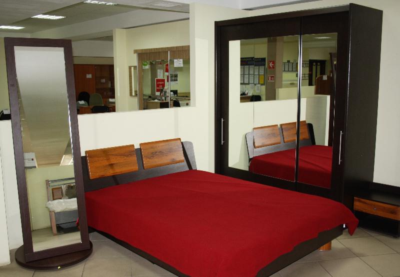 Кровати, шкафы, зеркала