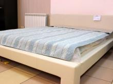 светлая мягкая интерьерная кровать
