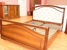 кровати из массива дерева с декоративными элементами