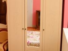 Шкаф трех-дверный с зеркалом для спальни светлый удобный