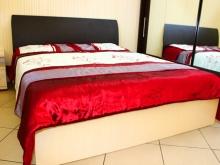 кровати разных цветов: черно-белые
