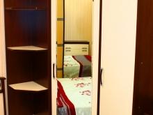 угловой шкаф для одежды и стеллаж в спальню