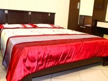 двух-спальная кровать, шкаф для одежды в спальню