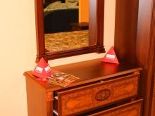 в спальню: комод и зеркало из дерева