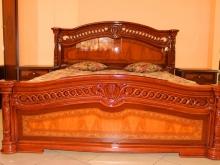 классическая красивая достойная кровать в спальню