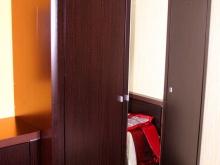 простой лаконичный шкаф для одежды с зеркалом
