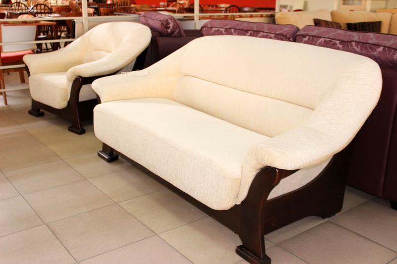 мягкая мебель на деревянных опорах