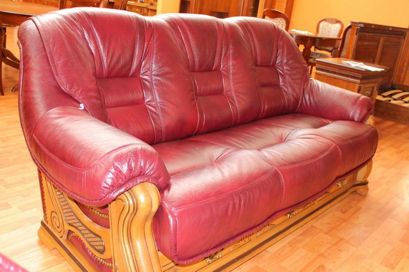 кожаный диван с вставками из резного дерева