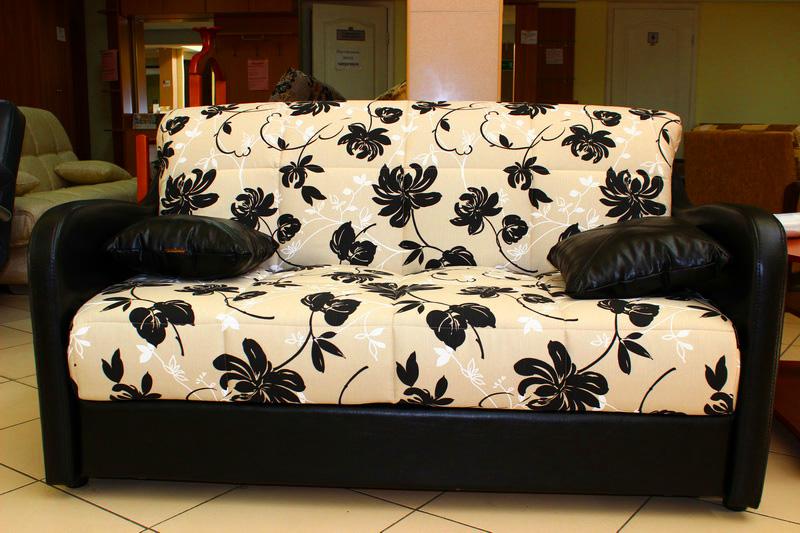 контрастный черно-белый диван