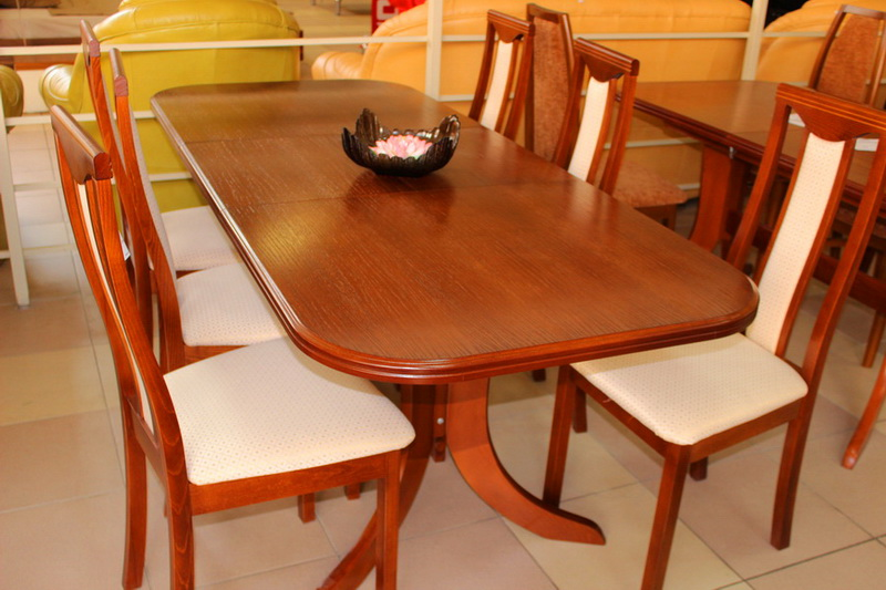 различные расцветки столов и стульев