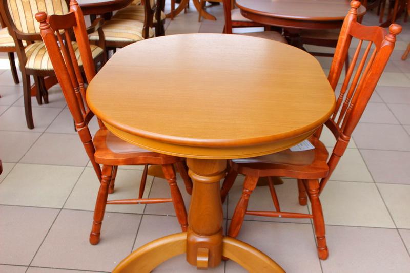маленькие обеденные столы и стулья в кургане