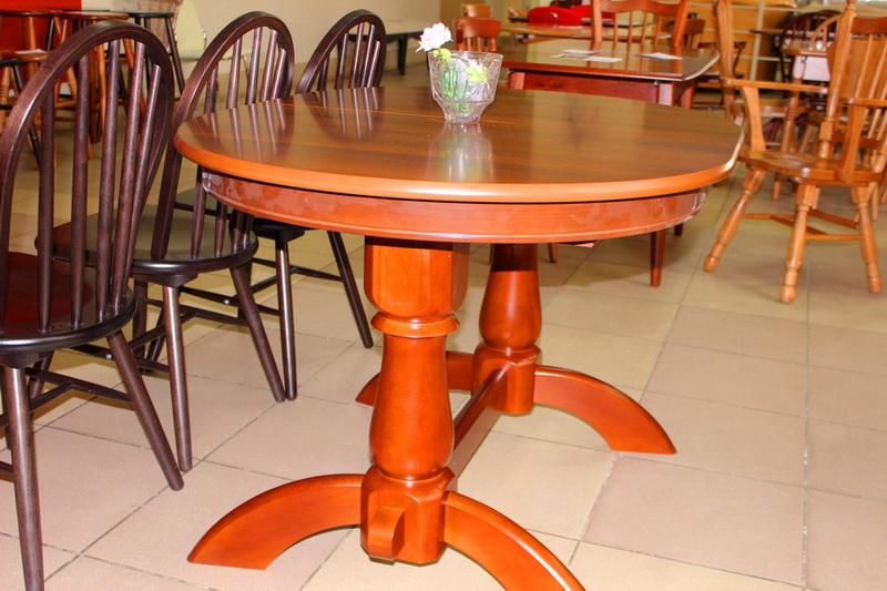 стол с массивными опорами