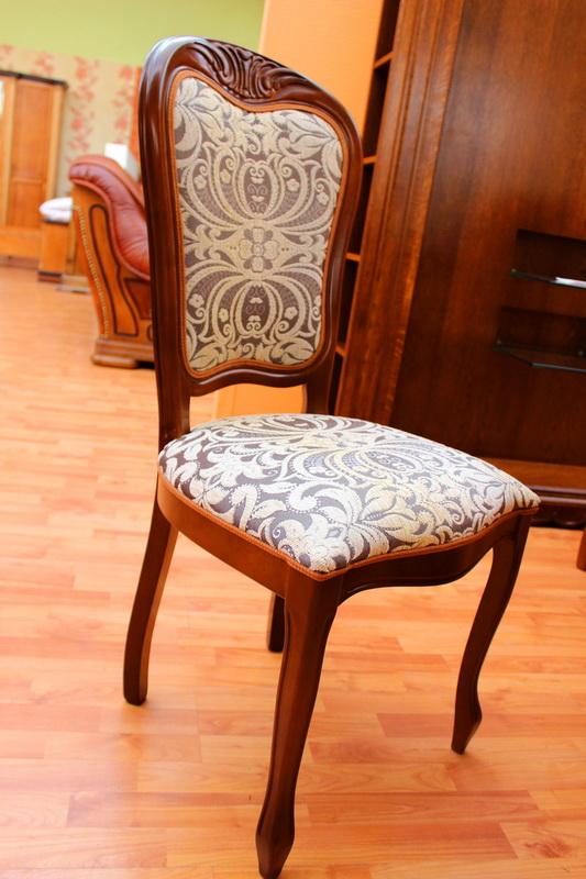 деревянные стулья с мягкой обивкой в кургане