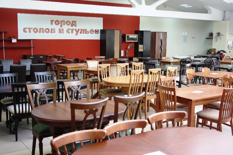 Город столов и стульев в мебельном центре