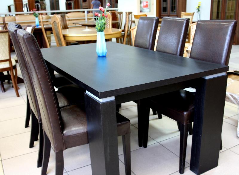 Современный обеденный стол и удобные стулья