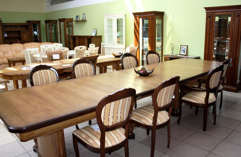 Большой обеденный стол и стулья