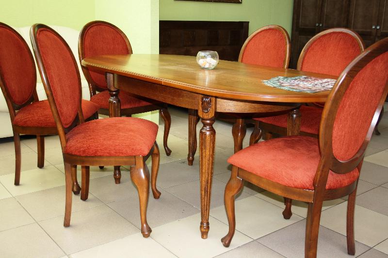 Стол из массива дерева и классические стулья