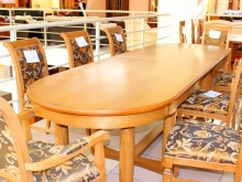 солидные стол и стулья для зала