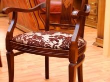 деревянный стул с мягкой обивкой с подлокотниками